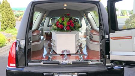 Nahaufnahme eines Bestattungsschatullen in einem Leichenwagen oder einer Kapelle oder einer Beerdigung auf dem Friedhof