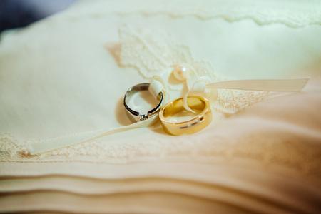 Closeup shot of wedding or engagement ring Imagens