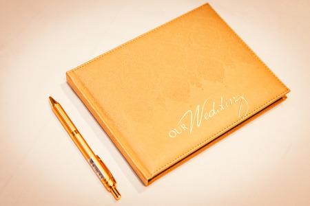 Unterzeichnung des Heiratsregisters oder des Gästebuchs Standard-Bild