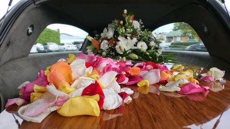 close-up shot van een begrafenis kist in een lijkwagen of kapel of begrafenis op begraafplaats Stockfoto