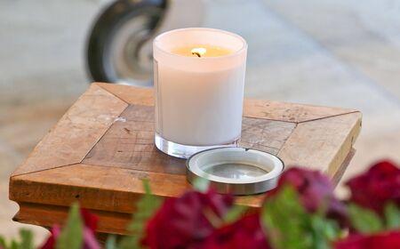 Aufnahme einer Kerze, einer Anbetungsstatue und einer Dekoration für eine Beerdigung Standard-Bild