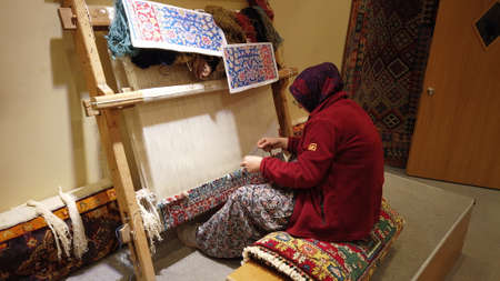 Istanbul, Turkey, 2nd of Feb 2020, the process of making of the Turkish carpet in Turkey Archivio Fotografico - 142399338