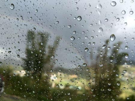 gotas de agua: Gotas de agua sobre el vidrio de la ventana Foto de archivo