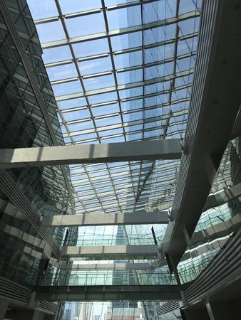 Bouwen met glazen dak voor het besparen van energie voor verlichting Redactioneel