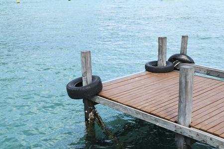 Leeg dok in kalme zee