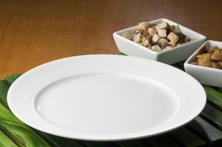 blanco: plato, plato, mesa, tenedor