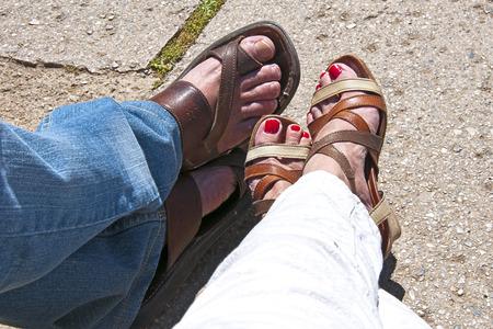 mannelijke en vrouwelijke voeten rusten Stockfoto