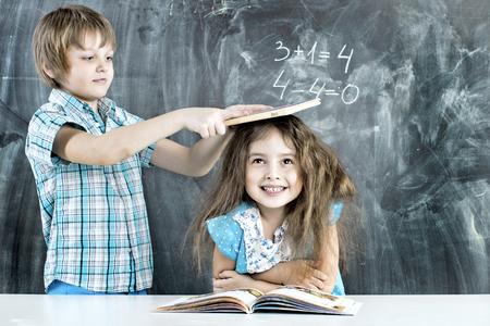 indulgere: bambini indulgere in una lezione sulla consiglio scolastico Archivio Fotografico