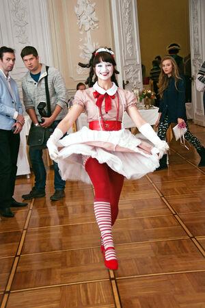pantomima: SAN PETERSBURGO, Rusia, Nicol�s Palacio, 10232014, industria de la boda de Exposiciones, la actriz que juega una pantomima