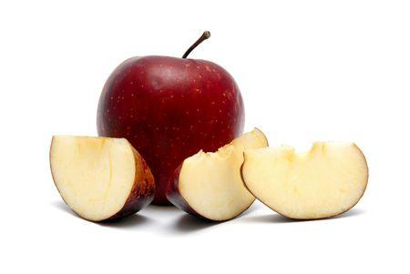 mela rossa: Mela rossa con segmenti su uno sfondo bianco Archivio Fotografico