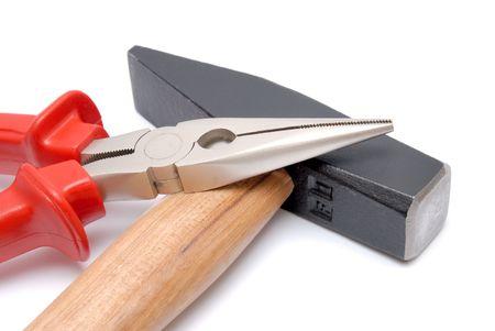 alicate: El martillo con mango de madera y piso de pinzas de punta fina de color rojo con mangos aislados m�s de fondo blanco