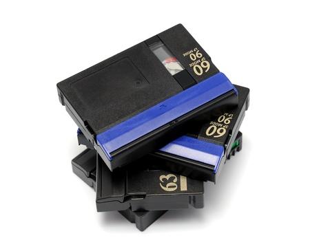 videocassette: Cinta de vídeo estándar miniDV aislado en un fondo blanco