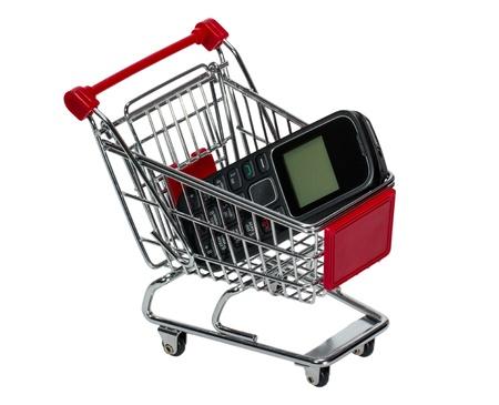 carretilla de mano: Compras con un teléfono celular aislado sobre fondo blanco Foto de archivo