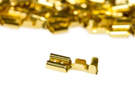 composant ?lectrique: Composante bronze connecteur terminal de c�ble �lectrique isol� sur un fond blanc Banque d'images