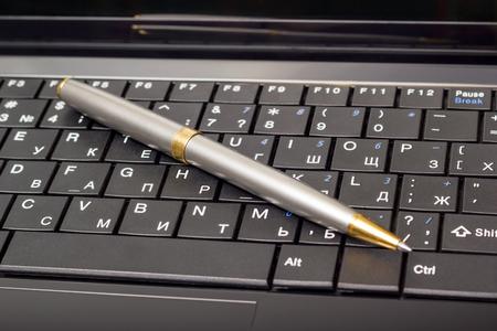 klawiatury: elektroniczne kolekcji - Close-up klawiatura laptop z rosyjski list i pióra