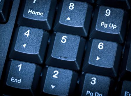 teclado numérico: Colección electrónica - detalle teclado numérico en el teclado de la computadora negro. Centrarse en la tecla central. Tonificación es azul.