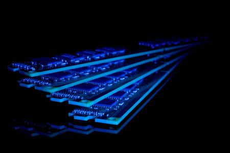carnero: colección electrónica - memoria de acceso aleatorio equipo módulos (RAM) en el fondo negro, tonos de azul Foto de archivo