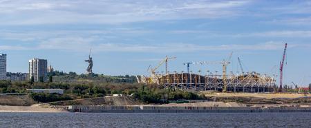 Cantiere con gru e costruzione