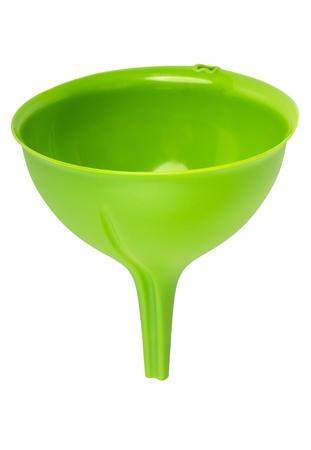 Grüner Küchentrichter aus Kunststoff isoliert auf weißem Hintergrund
