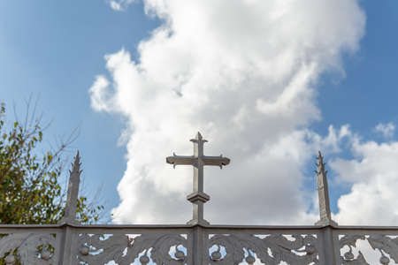 Metal cross located on the perimeter of a religious cemetery, on a sunny day. Island of Mallorca, Spain Stok Fotoğraf - 158942678
