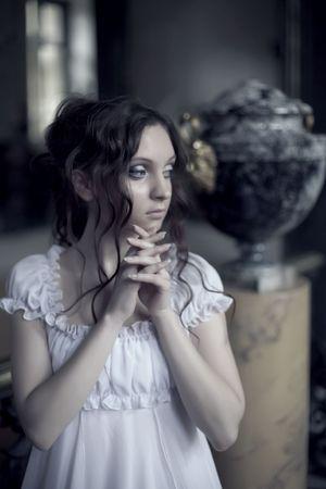 antique woman: Retrato de joven bella dama en tonos fr�os. Foto de archivo