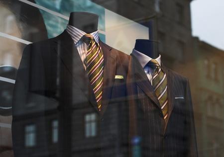 tienda de ropa: Clothind escaparate moderno con mannequims. Verano. Foto de archivo