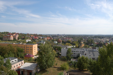 periferia: Il Panaorama della periferia Uzhgorod al sole autunnale mezzogiorno