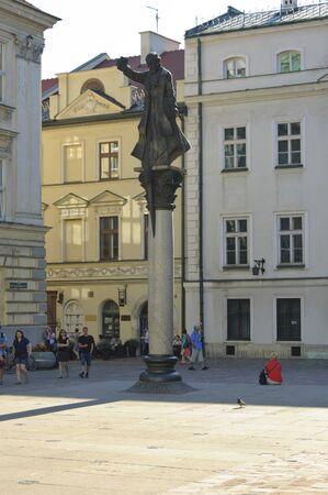 predicador: Cracovia, Polonia - 2 de julio de, 2015: Monumento de Piotr Skarga - esmalte jesuita y predicador en la Plaza de Santa Mar�a Magdalena
