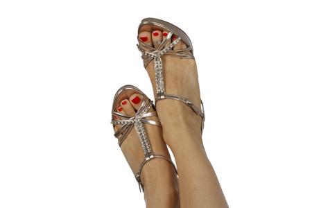 Vrouwelijke voeten met sandalen en rode nagellak. Geïsoleerd op witte achtergrond Stockfoto - 88694134