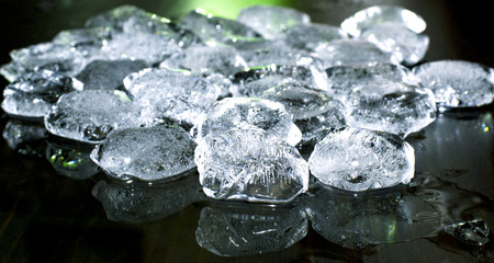 ice crushed: stukjes gemalen ijs op zwarte achtergrond Stockfoto