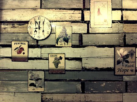 pared madera: Pared de madera con objetos decorativos. Foto de archivo
