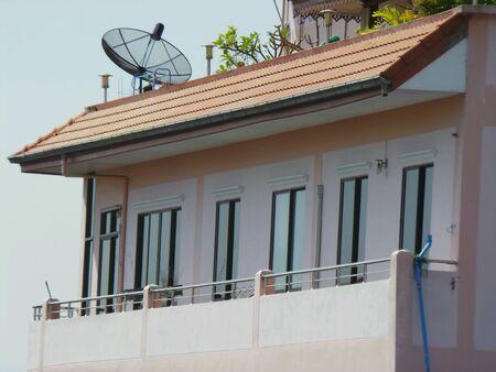 antena parabolica: Antena parab�lica en la azotea. Foto de archivo