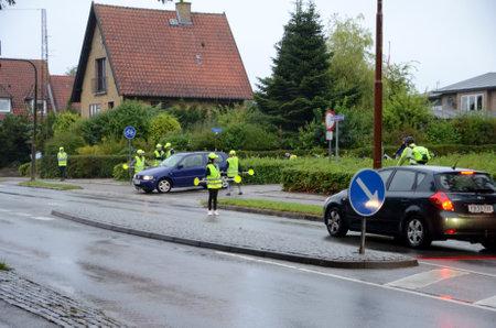 Sonderborg, Dinamarca - 31 de agosto de 2017: Las patrullas de seguridad escolares regulan el tráfico en una cruz sin semáforos. Editorial