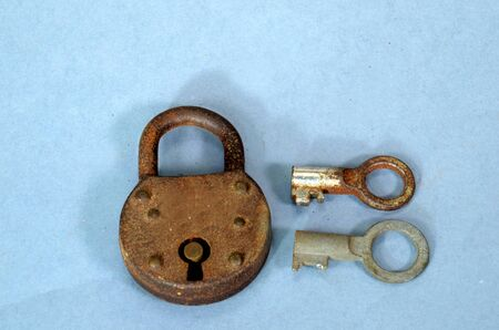 Elder padlock with lever tumblers. The shape of the comb of the keys makes the difference. Both keys vcan be inserted in the lock, but only one will open it.  Stok Fotoğraf