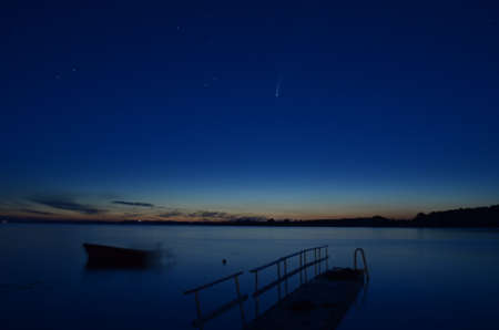 View over a lake at midnight with comet Neowise  in the sky Stockfoto
