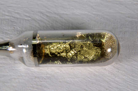 Sample of the Alkali metal Cesium, element number 137. This reactive metal can only exist in a sealed glass ampoule Stockfoto