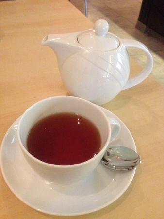 english breakfast tea: English breakfast tea served in clean white tea set.