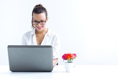 自宅で仕事のラップトップと美しい若い女性