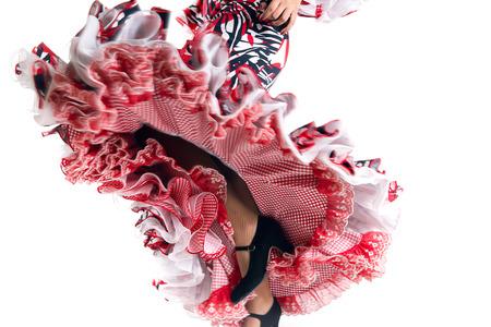 흰색 배경에 아름 다운 드레스 플라멩코 댄서의 발 세부