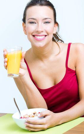 mujer bonita: mujer bastante joven desayunando en su casa Foto de archivo