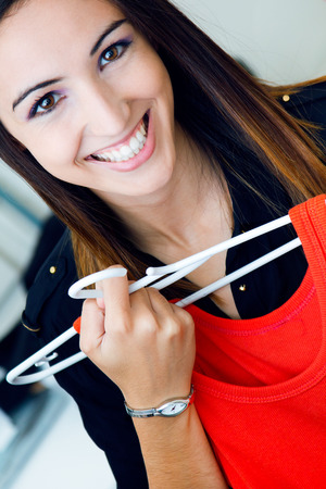 mujer bonita: Portrait of pretty young woman shopping for clothes