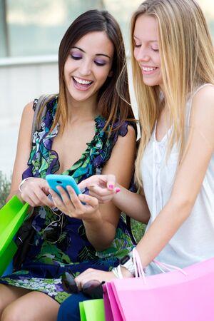 niñas jugando: Un grupo de amigos que se divierten con los smartphones