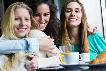 Portrait of Three young women having coffee break Banque d'images