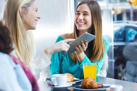 lifestyle: Deux amis ayant du plaisir avec une tablette numérique