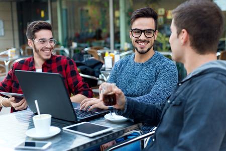 コーヒー ・ バーで働く若い起業家の屋外のポートレート。