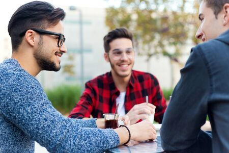 jovenes empresarios: Retrato al aire libre de empresarios jóvenes que trabajan en el bar de café. Foto de archivo