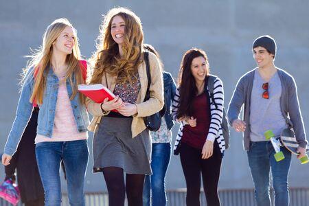 Een groep studenten met plezier in de straat na school
