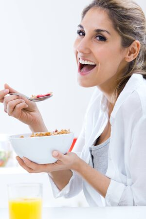comiendo cereal: Retrato de jóvenes bonitas cereales mujer comiendo en la mañana