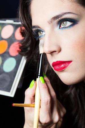 ojos marrones: Make up retrato de muchacha de la belleza atractiva con los labios rojos