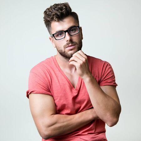 modelos hombres: Retrato de elegante joven apuesto hombre. retrato de la moda de estudio.